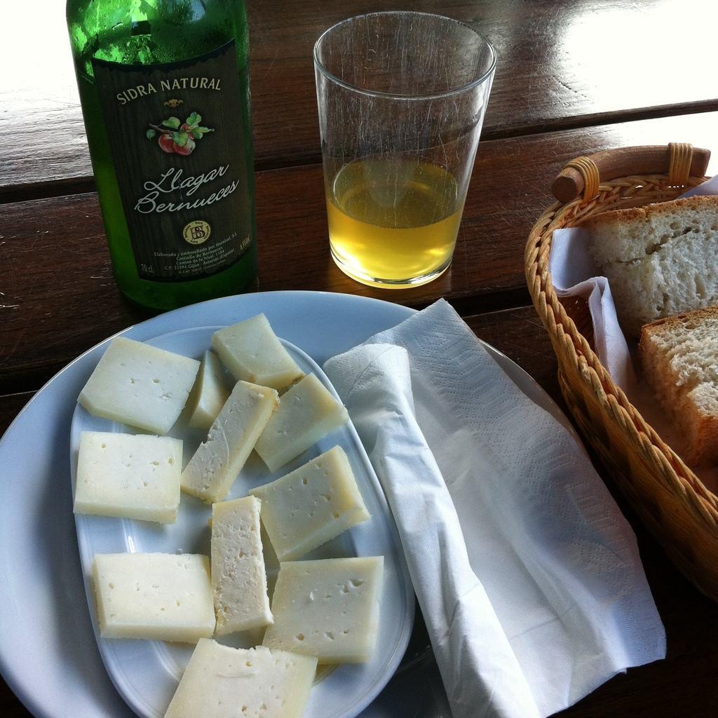 Lanche com queijo, pão e cidra.